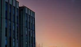 简单的老混凝土建筑角落待售或贷款,基本的最小的形状抽象外部天空蔚蓝和云彩在背景中与 免版税库存照片