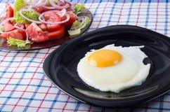 简单的自创早餐-煎蛋和蕃茄沙拉 库存图片