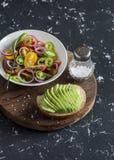 简单的蕃茄沙拉和鲕梨三明治 免版税库存图片