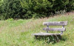 简单的长凳在阿尔卑斯 免版税库存图片