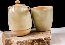 简单的陶瓷罐与杯子的咖啡 图库摄影