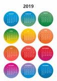 简单的颜色日历年2019年 几天和几个月的名字连续编号了在色环的几天在白色b 库存例证