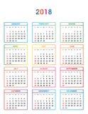 简单的颜色日历年2018年 几天和几个月的名字连续编号了在色的正方形的几天在白色bac 库存图片