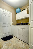 简单的洗衣房内部 免版税库存照片