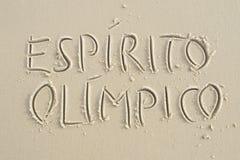 简单的Espirito Olimpico消息手写在沙子海滩 免版税图库摄影