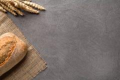 简单的minimalistic面包背景、新鲜面包和麦子 顶视图 免版税库存照片