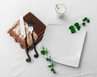 简单空的板材的餐位餐具干净,白色和 免版税库存图片