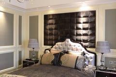 简单象公寓的一间旅馆卧室 免版税图库摄影
