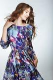简单 浅兰的礼服的年轻时髦的妇女 免版税库存照片