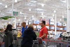 结算台的一边在好市多商店里面的 免版税库存照片