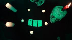 算命先生一定拾起从桌的卡片与头骨和蜡烛 股票录像