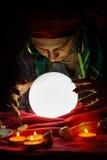 算命的吉普赛时运的水晶球和手告诉 库存照片