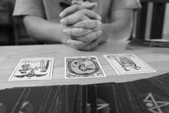 算命者占卜用的纸牌黑白照片作用 免版税图库摄影