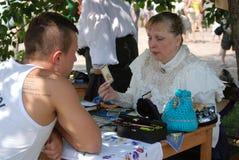 算命者妇女画象  她拿着一张卡片 免版税库存照片