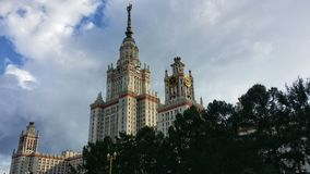 结算天数门面前面莫斯科状态夏天晴朗的univercity视图 库存照片