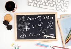 算术惯例、教育和知识概念 在白色办公桌上的黑板 免版税图库摄影