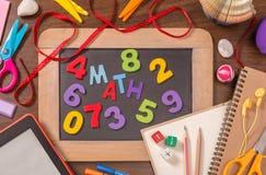 算术词由在小黑板w的颜色木字母表形成了 库存图片