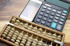算盘,计算器有木桌背景 库存图片