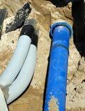 管子和一个管子供水系统的在开掘在路修建 库存照片