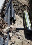 管子和一条大气体管道在挖掘里面在路const 图库摄影