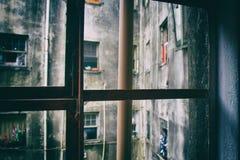 管子和窗口从一个腐烂的框架 免版税库存图片