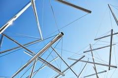 管子和缆绳现代艺术雕塑 免版税库存照片
