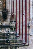 管子和过时零件老工业墙壁  免版税图库摄影