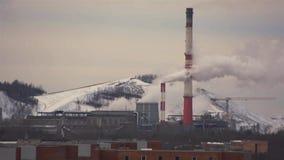 从管子热电站抽烟在冬天 城市克里姆林宫横向晚上被反射的河 股票录像