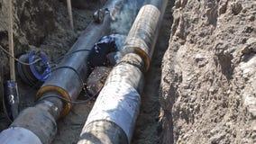 管子焊接在土制沟槽的 股票录像