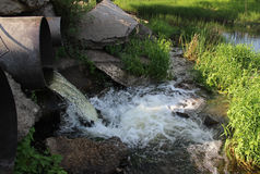 从管子的废水奔跑 库存图片