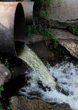从管子的废水奔跑 免版税图库摄影