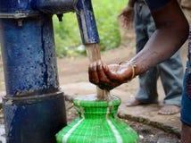 从管子的污水 免版税库存照片