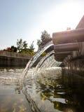 从管子的流动的水 免版税库存照片