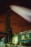 管子的烟工厂在晚上 库存图片