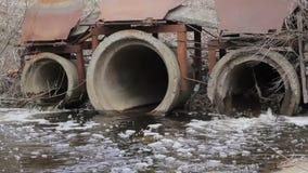 从管子的肮脏的水流量 影视素材