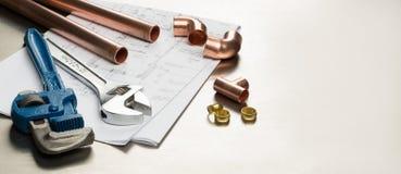 水管工与拷贝空间的工具和配管材料横幅 免版税库存照片