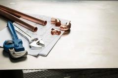 水管工与拷贝空间的工具和配管材料横幅 免版税库存图片