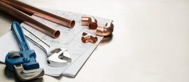 水管工与拷贝空间的工具和配管材料横幅 库存图片