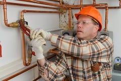水管工在工作 免版税库存图片