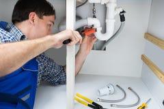 水管工定象水槽在卫生间里 免版税库存图片