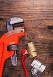 水管工装置和活动扳手在葡萄酒 库存照片