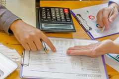 管理员写报告的商人财政审查员和秘书 免版税库存照片