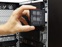 系统管理员审查在数据服务器上的硬件失败 图库摄影