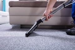 管理员清洁地毯 图库摄影