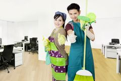 管理员用清洁设备在办公室 免版税图库摄影