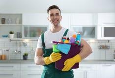 管理员画象有桶的洗涤剂在厨房里 免版税图库摄影
