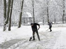 管理员,手工积雪的清除,路在庭院,俄罗斯里 图库摄影