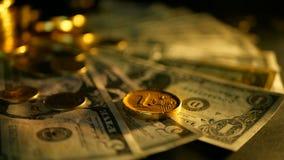 管理效率 堆关于黑背景的金黄硬币美元笔记 财务事务,投资的成功 股票录像