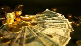 管理效率 堆关于黑背景的金黄硬币美元笔记 财务事务,投资的成功 股票视频