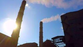 从管道冶金工厂的烟 由于管子能被看见太阳 股票录像